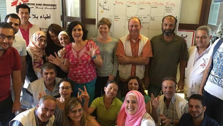 Mirjam Markwalder (Mitte mit roter Bluse) mit ihrem Einsatz-Team im Libanon.