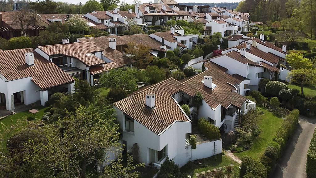 In der Schweiz sind die Preise für Wohneigentum im ersten Quartal leicht zurückgegangen. Insbesondere in Gemeinden auf dem Land sanken die Preise.(Symbolbild)