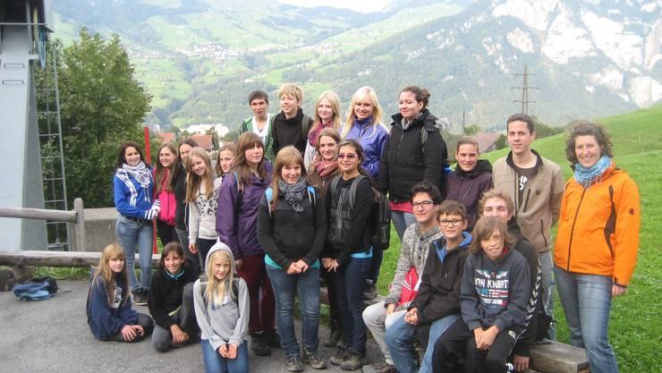 Unsere Lagerteilnehmer 2012; im Hintergrund der Lagerort Amden