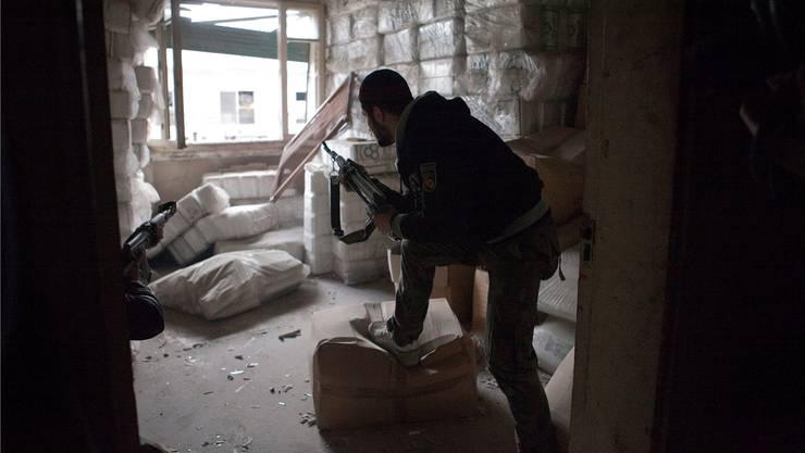 Aleppo ist seit mehr als vier Jahren in einen von den Aufständischen gehaltenen Osten und einen von Regierungstruppen kontrollierten Westen geteilt. Ein Kämpfer der Freien Syrischen Armee (FSA).