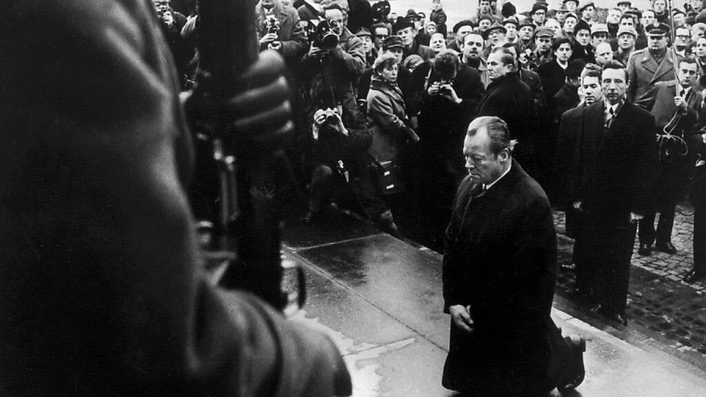 ARCHIV - ARCHIV - Bundeskanzler Willy Brandt kniet am vor dem Mahnmal im einstigen jüdischen Ghetto. Am 7. Dezember 1970 fiel der damalige deutsche Bundeskanzler am Denkmal für die Helden des jüdischen Ghettos in Warschau auf die Knie, um der Millionen Opfer der Hitler-Diktatur zu gedenken. Foto: ---/dpa