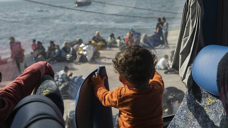 Wartende Flüchtlinge in der Nähe von Athen. Teilweise werden sie nach ihrer Ankunft mit Bussen weitertransportiert. (Archivbild)