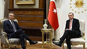 NATO-Generalsekretär Stoltenberg (l) ist am Donnerstagabend in Ankara mit Staatspräsident Erdogan zusammengekommen.