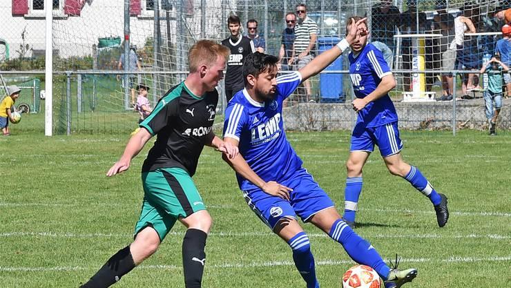 Fulenbachs Doppeltorschütze Luan Spielmann (r.) im Duell mit dem Härkinger Manuel Müller.