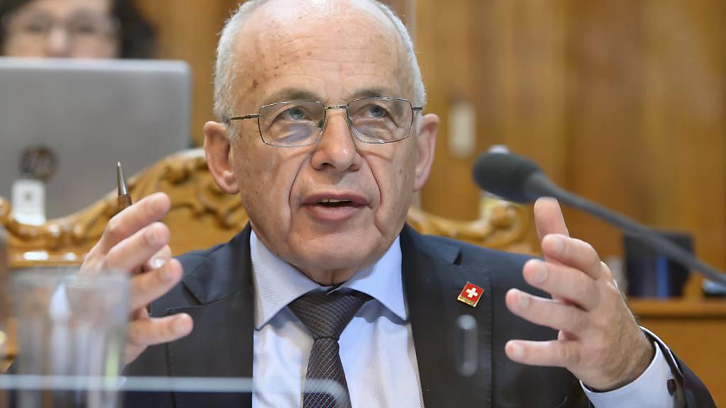 Finanzminister Ueli Maurer hat am Freitag weitere Gelder für Unternehmen in Härtefall-Situationen gesprochen. Darüber muss das Parlament nun entscheiden. Die Debatte beginnt am Montagnachmittag im Ständerat.