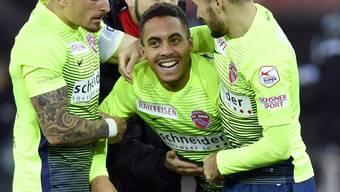 Thuns Torschütze Marvin Spielmann nimmt die Gratulationen seiner Teamkollegen entgegen