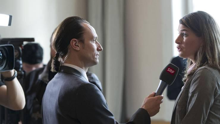 Kann man mit dieser Frisur seriöse Fragen zur Politik stellen? Diese Frage muss sich SRF-Korrespondent Adrian Arnold hin und wieder anhören. Er lacht inzwischen darüber.