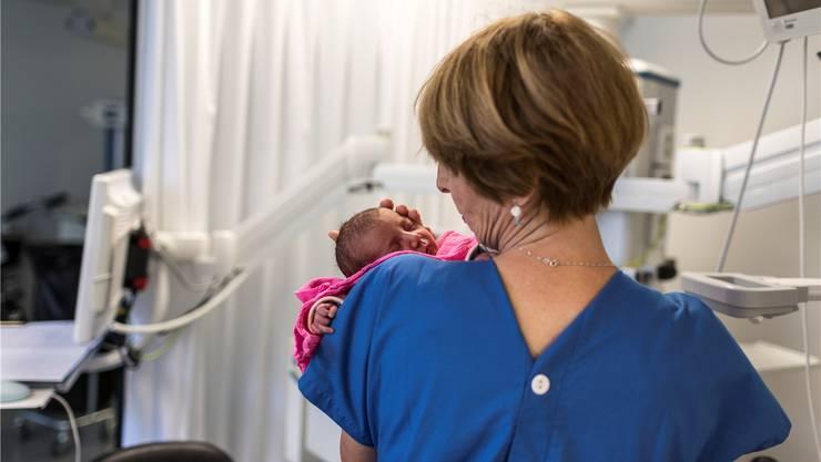 Hebammen durften im Unispital bisher keine Geburten leiten. 2018 soll sich das ändern. (Symbolbild)
