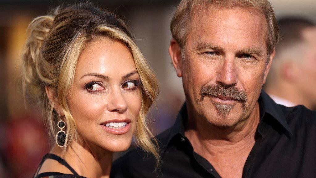 Gerade nochmal gutgegangen: Kevin Costner und Ehefrau Christine Baumgartner entgingen einer Hai-Attacke nur knapp (Archivbild)