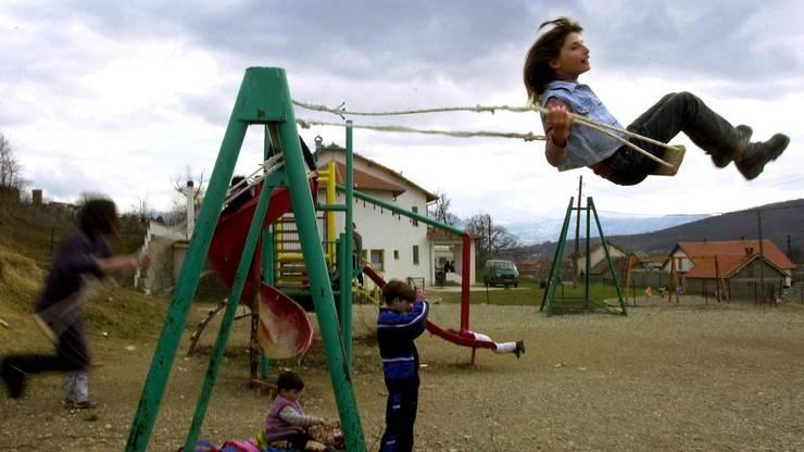 2002: Kinder spielen in einem Kindergarten von Krusha e Vogel.