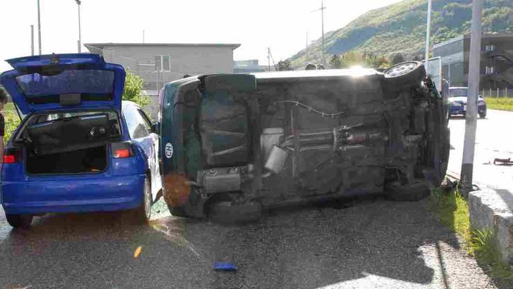 Der grüne VW prallte in den blauen Seat und blieb auf der Seite liegen.