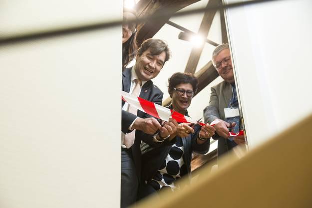 Museumsleiterin Angela Kummer, Stadtpräsident François Scheidegger, Heidi Lüdi, Präsidentin des Museumsverbundes des Kantons Bern und Stiftungspräsident Lukas Walter freuen sich über die Wiederöffnung des Museums.