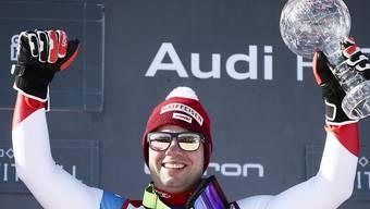 Beat Feuz mit der Slalom-Kugel von Henrik Kristoffersen.