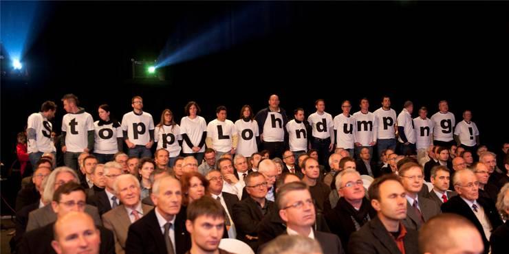 Über 20 Unia-Aktivisten setzen während Bundesrat Johann Schneider-Ammanns Eröffnungsrede ein Zeichen. GEORGIOS KEFALAS/Keystone