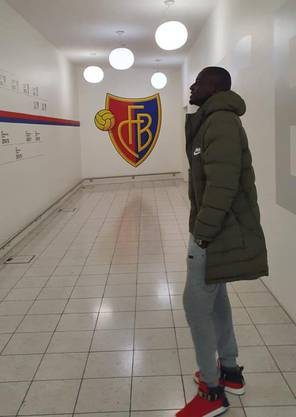 Nach dem Interview führen wir Atouba zur FCB-Geschäftsstelle, wo er Ruedi Zbinden besuchen will. Den FCB-Sportchef hat er bei unserem Gespräch in der Rotblau-Bar erkannt und sich spontan mit ihm verabredet.