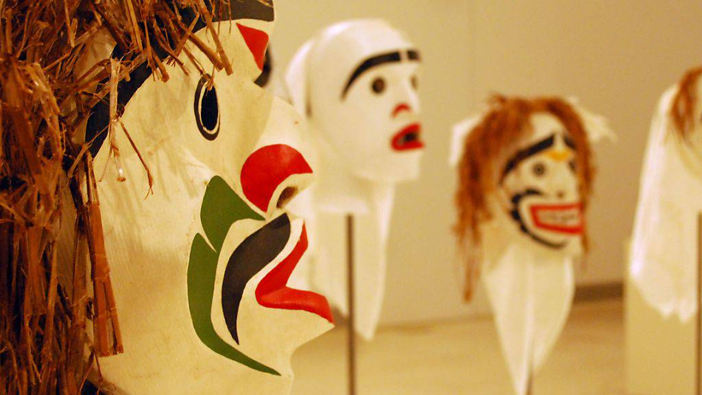 Masken des im März 2017 verstorbenen Kwakwaka'wakw-Künstlers Beau Dick in Athen auf der documenta 14 im Nationalen Museum für Zeitgenössische Kunst.
