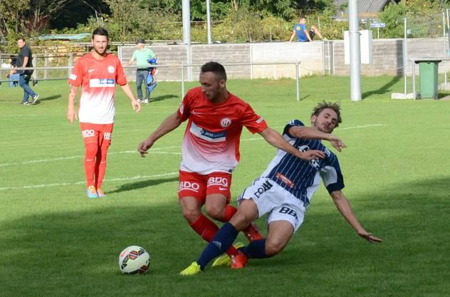 Dejan Miljkovic (links) kämpft mit Florian Steiger um den Ball.