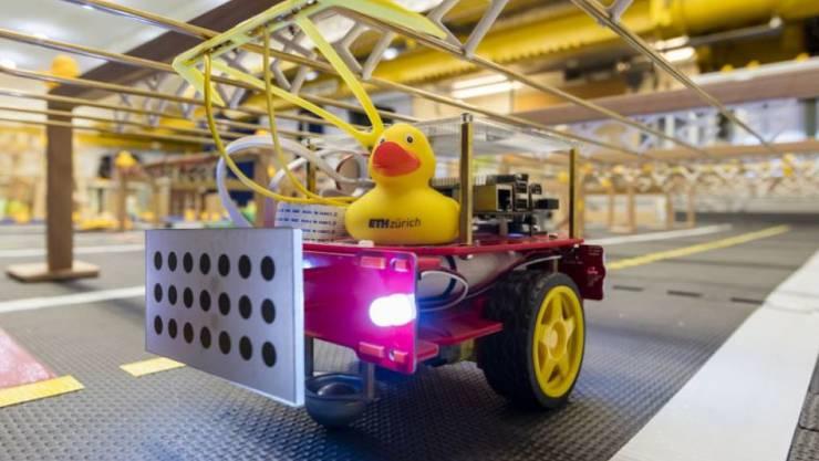 Autonome Mini-Taxis kutschieren Badeenten durch Duckietown an der ETH Zürich.