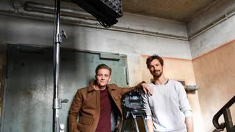 """In ihrem neuen Film """"100 Dinge"""" spielen Matthias Schweighöfer (links) und Florian David Fitz zwei Freunde, die nach Kleidung und Technik süchtig sind und einen Wettstreit austragen, wer länger ohne materiellen Besitz auskommt."""