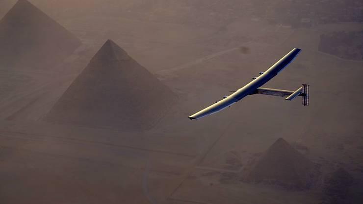Die Solar Impulse 2 bei ihrer Ankunft in Kairo am 13. Juli: Diesen Sonntag nimmt Pilot Bertrand Piccard die letzte Etappe nach Abu Dhabi in Angriff. (Archiv).