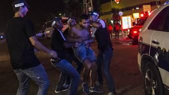 Israelischer Aktivist wird von Polizisten im Aschkelon abgeführt