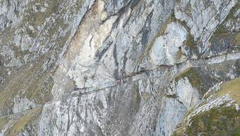 Weil der Felsen über der Unfallstelle weiterhin instabil ist, soll auf dem Weg zwischen der Ruosalp und Alplen ein Roboter nach den Verschütteten suchen.