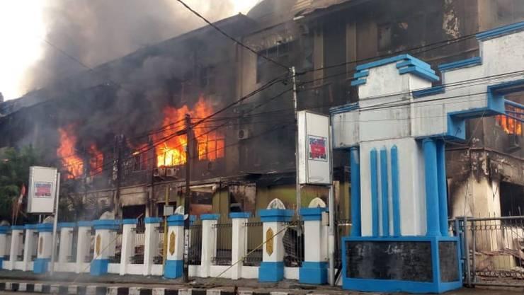 Demonstranten in West-Papua haben am Montag das lokale Parlamentsgebäude in Brand gesetzt, weil das Gerücht umlief, dass ein Demonstrant bei einer Kundgebung am Freitag ums Leben gekommen sei.
