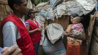 Freiwillige des Roten Kreuzes informieren die Bevölkerung in einem Gebiet westlich der madagassischen Hauptstadt Antananarivo über die Gefahren der Pest.