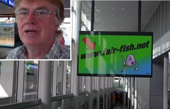 «Einnahmen im Fokus statt Kundenfreundlichkeit»: Ernst Gerber aus Gränichen stört die Werbung auf der Aarauer Fahrplantafel.