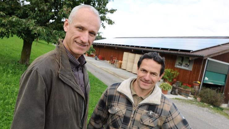 Stefan Vögtli (l.) hat seine vierte Solaranlage auf Werner Bürgins Stalldach installiert. Sie liefert Strom für bis zu zehn Haushalte. Foto: Juri Junkov