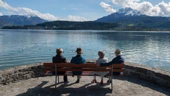 Spaziergänger geniessen das sonnige Wetter in Luzern. (Archivbild)