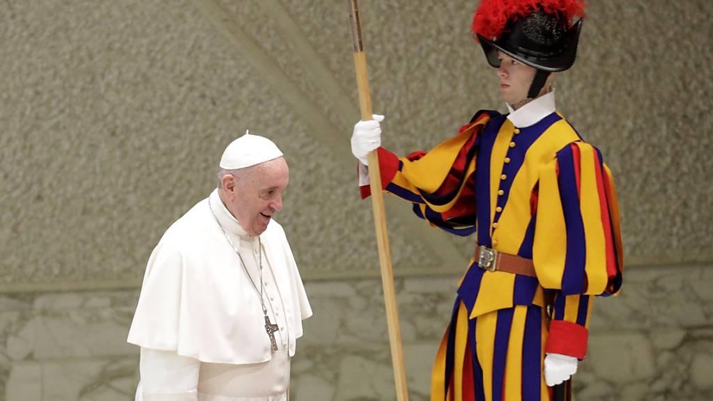 «Keine dominante Grösse mehr»: Papst Franziskus bei der Ankunft im Vatikan vor seiner Rede vor Mitgliedern der Kurie.