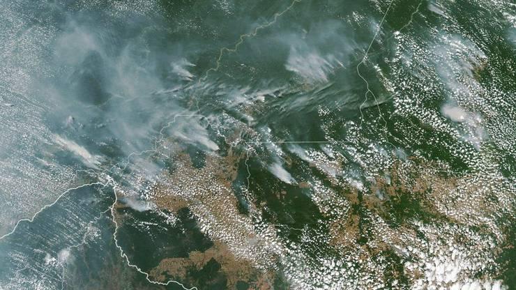 Aus der Luft sind die Rauchschwaden deutlich zu erkennen.