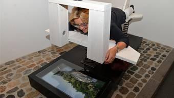 Eine Besucherin testet die «Air Kindermuseum», mit der man von Baden bis ins Albula-Tal «fliegt».