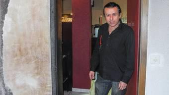 Gianni Gravina im Treppenhaus, wo es brannte; hinter ihm seine Cafébar.