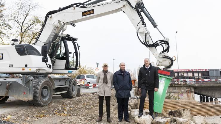 Matthias Adelsbach (Stv. Kantonsingenieur), Stadtrat Werner Schib und Regierungsrat Stephan Attiger, von links, beim Baubeginn zur neuen Aarebrücke.