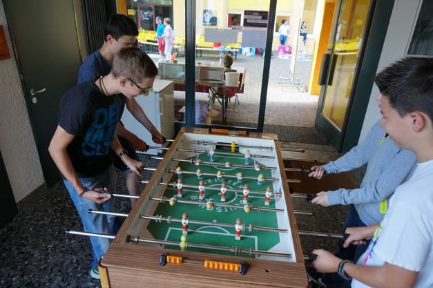 Roland Julien Kilian und Franz (v links n rechts) spielen Tischfussball im Spiellennium das von der SP initiiert wurde.jpg