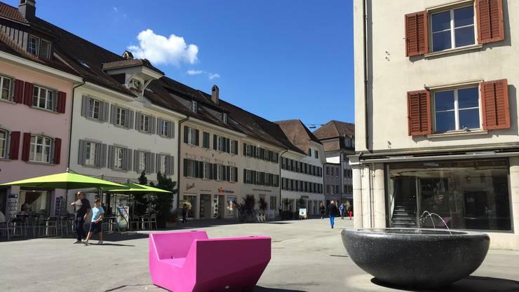 Pinkes Enzo-Möbel in der Oltner Kirchgasse.
