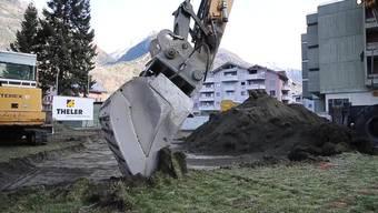 Im Wallis sind die Bagger aufgefahren für die Sanierung der durch Quecksilber verschmutzten Grundstücke in Wohnquartieren von Raron und Visp.