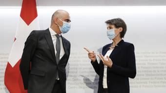 Bundespräsidentin Simonetta Sommaruga und Gesundheitsminister Alain Berset erklären, wie sie die Coronalage in der Schweiz in den Griff bekommen wollen.