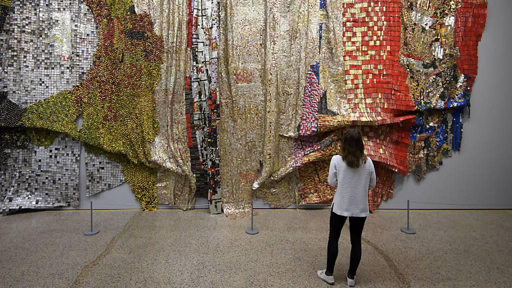 Eine Besucherin der Berner Al Anatsui-Ausstellung vor dem nun vom Kunstmuseum angekauften Werk. (Archivbild)