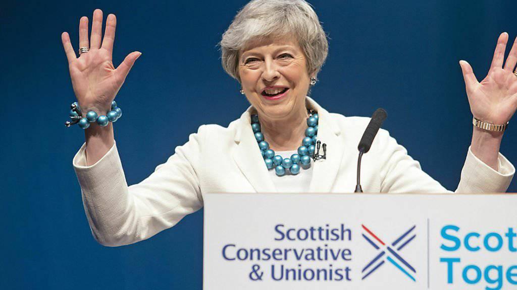 Nach der Ohrfeige bei den Kommunalwahlen in Grossbritannien: Premierministerin Theresa May will im Brexit-Streit auf die Opposition zugehen und plant einen Kompromissvorschlag. (Archivbild)