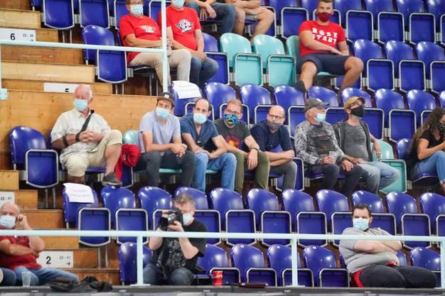 Ab Oktober gilt in den Schweizer Eishockeystadien Masken- und Sitzplatzpflicht.