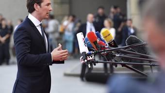 Der österreichische Kanzler und EU-Ratsvorsitzende Sebastian Kurz vor den Medien bei seiner Ankunft beim EU-Gipfel am Mittwochabend in Salzburg.