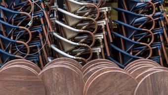 Gestapelte Stühle und Tische vor einem Restaurant in Basel: Wann müssen Beizen und Bars fortan schliessen?