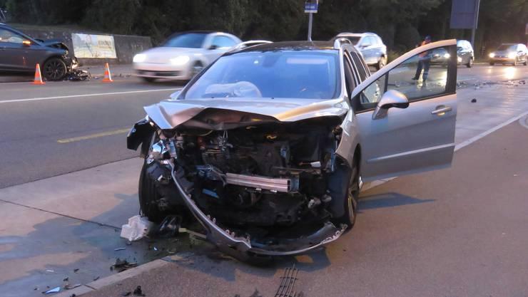 Buchs AG, 19. September: Am Donnerstagmorgengeriet in Buchs ein Autofahrer auf die Gegenfahrbahn und verursachte dort eine heftige Kollision. An beiden Autos entstand Totalschaden.