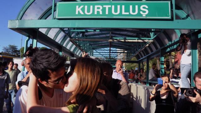 Türkisches Pärchen protestiert küssend in Ankara
