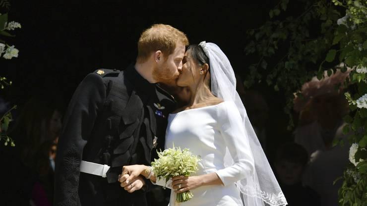 Kurz nach ihrer Hochzeit in Windsor haben sich Prinz Harry und seine Frau Meghan auf der Treppe der Kapelle einen kurzen Kuss gegeben.