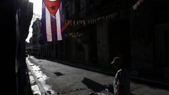 Ein Mann geht durch eine Gasse in Havanna (Archiv)