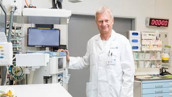 Chefarzt Ulrich Bürgi im Schockraum des Kantonsspitals Aarau – die Uhr an der Wand läuft, sobald die  Behandlung des Patienten beginnt.